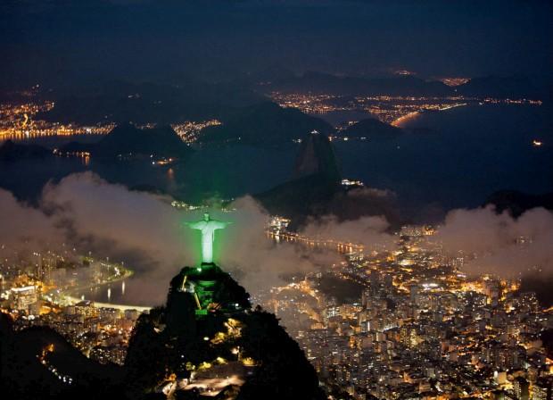 BRASIL, 16.06.2012. O Cristo Redentor iluminado de verde para celebrar a conferência sobre desenvolvimento sustentável Rio+20