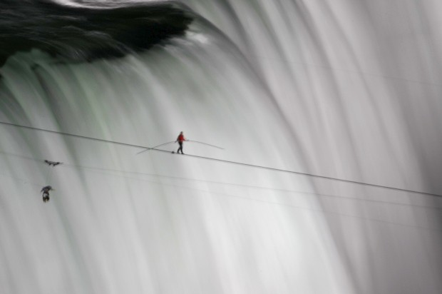 CANADÁ, 16.06.2012. Um equilibrista, Wallenda, sobre as cataratas do Niagara