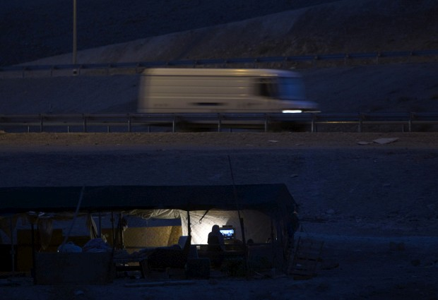 Faixa de Gaza, 16.06.2012. Beduínos da tribo Jahalin vêem televisão no seu acampamento, perto da estrada entre Jericó e Jerusalém