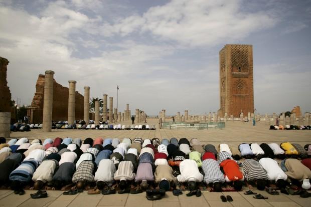 Rabat (Marrocos) - na foto: Momento de oração perto da Torre Hassan II