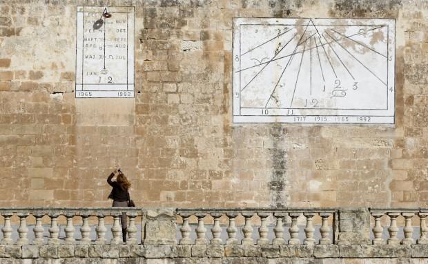 Rabat (Marrocos) - na foto:  uma visitante fotografafa um relógio de sol do séc. XVIII