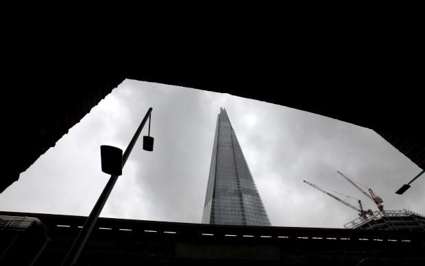 O Shard através de um arco perto da estação de London Bridge