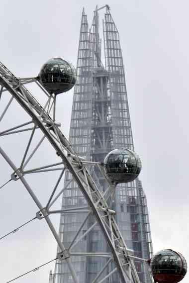 A London Eye a rodar em frente ao Shard