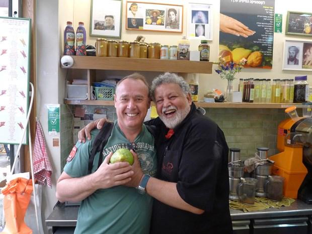O chef Luís Baena (à esquerda) com o feirante do citron