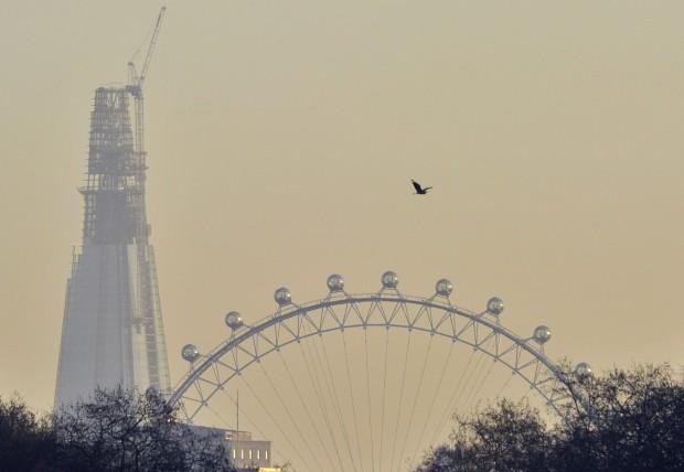 Com a London Eye em primeiro plano (Dezembro 2011)