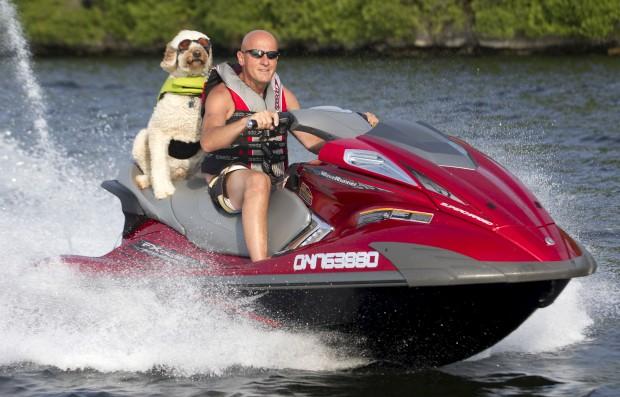 CANADÁ, 06.07.2012. O condutor é o Bennett, o companheiro é o Brody. Os dois parecem gostar muito de jet ski (Visto no Pigeon Lake, perto de Bobcaygeon). O dono até diz que o cão, na verdade, nem é grande apreciador. Mas assim que vê a moto de água, salta-lhe logo para cima, pronto para a viagem.