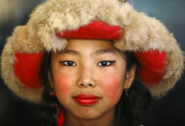 NEPAL, 06.07.2012. Uma rapariga posa em trajes tradicionais durante as celebrações dos 77 anos do Dalai Lama. Em Kathmandu.