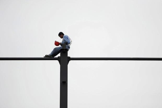 CHINA, 07.07.2012. Um trabalhador descansa numa obra em Hefei, província de Anhui
