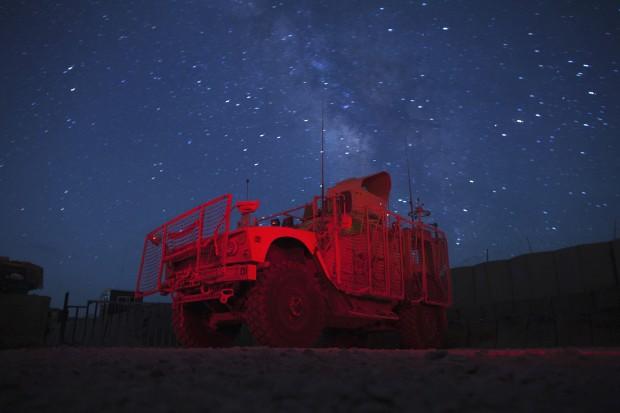 AFEGANISTÃO, 09.07.2012. A paz da Via Láctea brilha sobre um veículo militar MRAP norte-americano, perto de Gardez