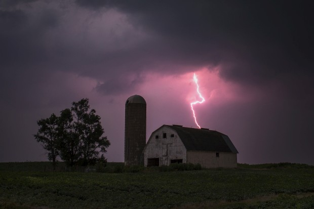 EUA, 13.07.2012. Relâmpago sobre um celeiro em Donnellson, Iowa