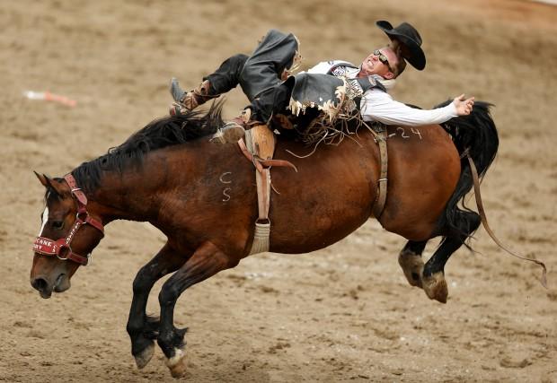 CANADÁ, 13.07.2012. Rodeo em Calgary. O cavalo foi bem baptizado, como se vê - chama-se Hurricane Terry