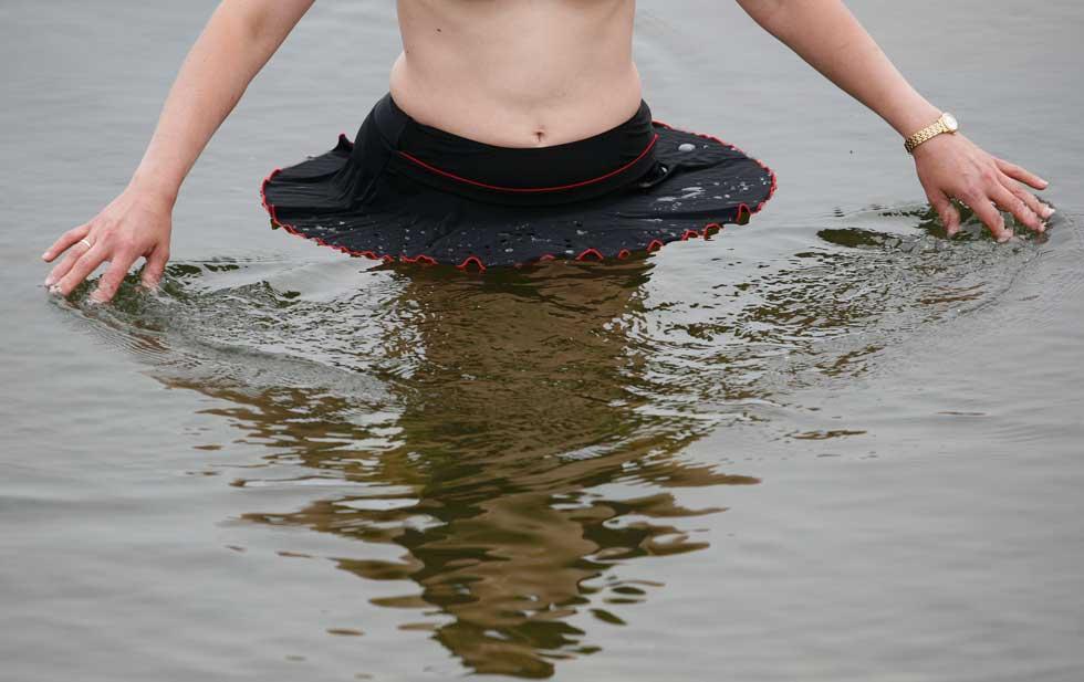 RÚSSIA, 13.07.2012. Uma rapariga refresca-se no rio Yenisei, perto de Krasnoyarsk, na Sibéria (cujos Verões podem ser muito quentes, com temperaturas a rondarem os 40º)
