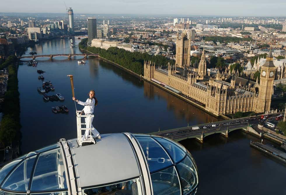 REINO UNIDO, 22.07.2012. Amelia Hempleman-Adams, 17 anos, no topo de uma cápsula da London Eye, como parte do caminho da tocha olímpica para as Olimpíadas de Londres
