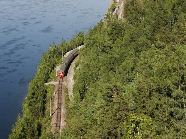 RÚSSIA, 25.07.2012. Um comboio na margem do rio Yenisei, perto de Sliznevo, Krasnoyarsk, Sibéria