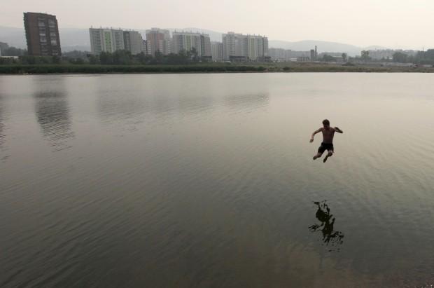 RÚSSIA, 25.07.2012. Salto para o rio Yenisei, em Krasnoyarsk, Sibéria