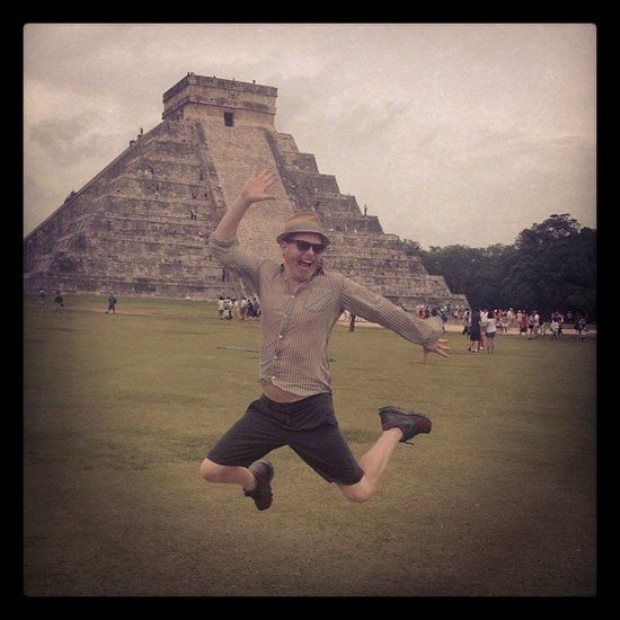 Jesse Tyler, actor da séria Uma Família Muito Moderna, aproveitou a celebração dos 40 anos de Sofia Vergara no México e deu um salto em Chichen Itza, que partilhou via Instagram.