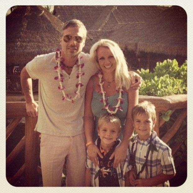 Britney Spears aproveitou o feriado do 4 de Julho para publicar no Twitter uma foto de família no Havai. A seu lado tem o noivo Jason Trawick e os dois filhos Sean Preston e Jayden James.