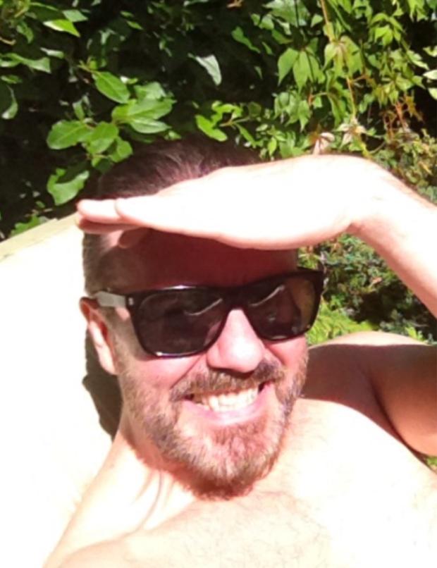 """""""Britânico-lagosta"""" foi a descrição que Ricky Gervais encontrou para esta foto. O actor aproveitou um raro dia de sol em Londres e partilhou no Twitter o resultado."""