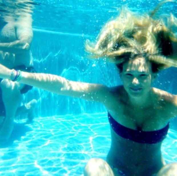 A modelo Bar Refaelli fez questão de partilhar a frescura de um mergulho com os seus seguidores no Twitter.