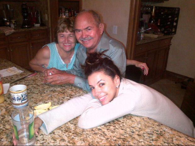 """""""Adoro acordar com os meus pais em minha casa!"""", escreveu Eva Longoria no Twitter a 1 de Junho. A actriz acrescentou ainda: """"sim, estou sem maquilhagem""""."""