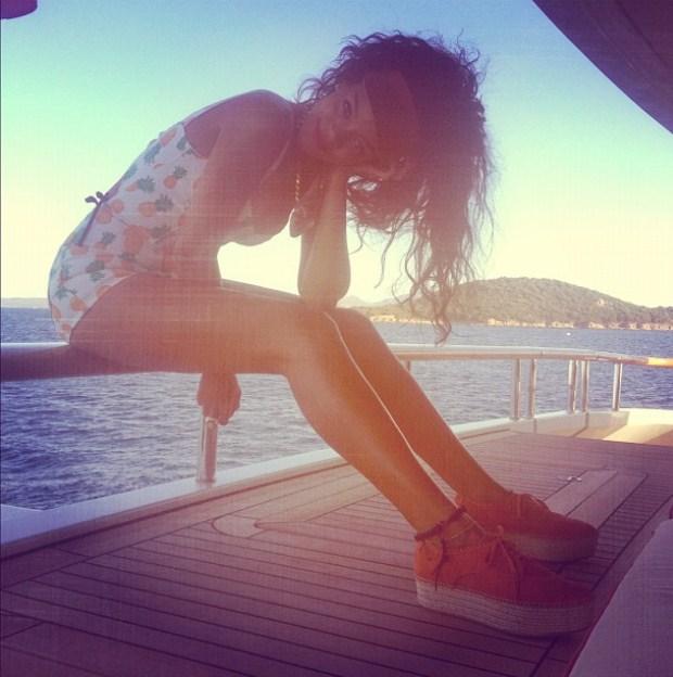 Rihanna não tira férias das redes sociais. A 17 de Julho partilhou no Instagram uma fotografia com vista para o mar Mediterrâneo.