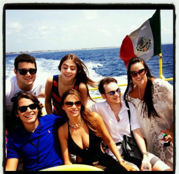 Sofia Vergara e alguns elementos do elenco de Uma Família Muito Moderna foram até ao México. A actriz foi partilhando os momentos mais importantes das férias no Twitter. Esta fotografia foi publicada a 9 de Julho.