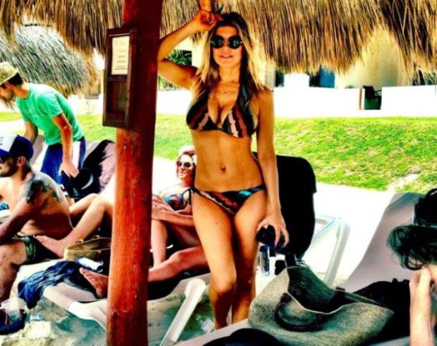 """Na última segunda-feira de Maio já Fergie andava em biquíni a desfrutar do calor. A acompanhar a fotografia que publicou no Twitter escreveu: """"Adiós Cancun!"""""""