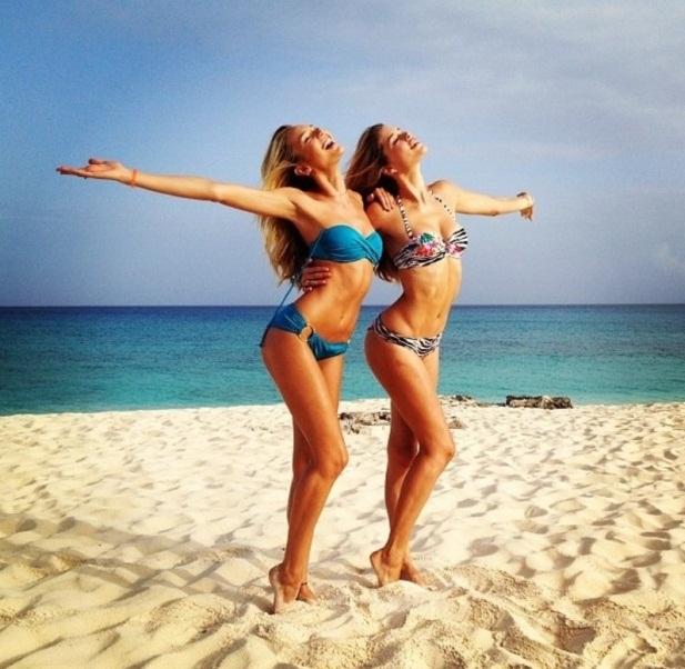As modelos Doutzen Kroes e Angel Candice desejam um bom dia a todos os seguidores do Twitter, directamente das Ilhas Turcas e Caicos.