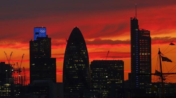 REINO UNIDO, 30.07.2012. Pôr-do-sol com skyline londrino