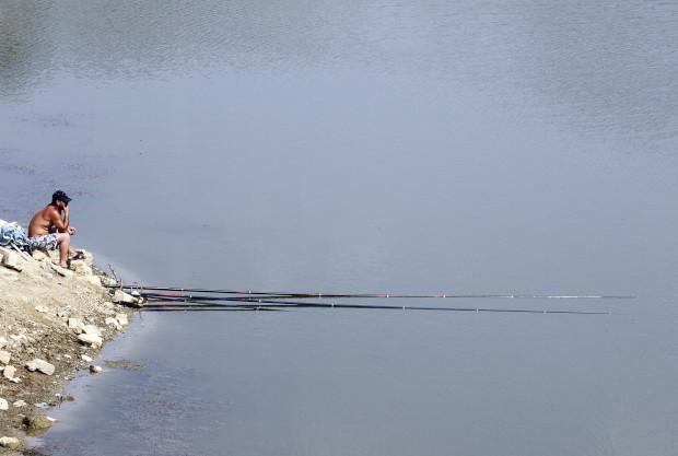 ALBÂNIA, 31.07.2012. Um pescador no lago artificial de Mbreshtan, perto da cidade de Berat, 120 km de Tirana