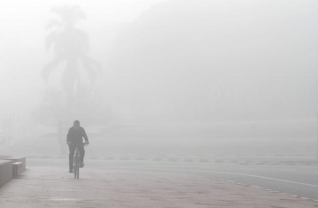 URUGUAI, 02.12.2012. A pedalar no nevoeiro de uma invernosa Montevideo
