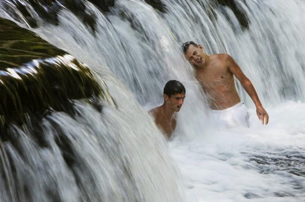 BÓSNIA e HERZEGOVINA, 03.08.2012. Numa catarata do rio Pliva, perto de Jajce, 140 km Sarajevo