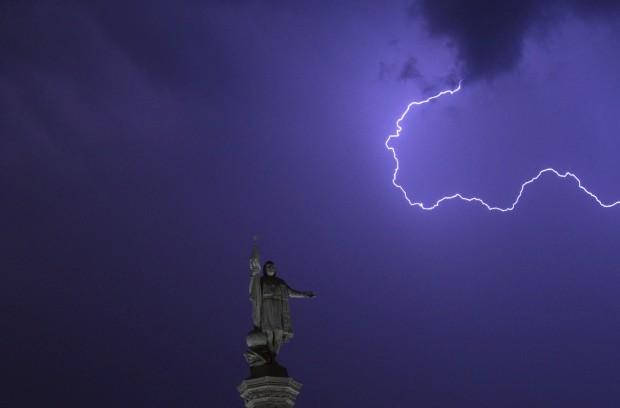 ESPANHA, 26.07.2012. Relâmpago sobre o monumento a Colombo na praça de Colón (Colombo) em Madrid