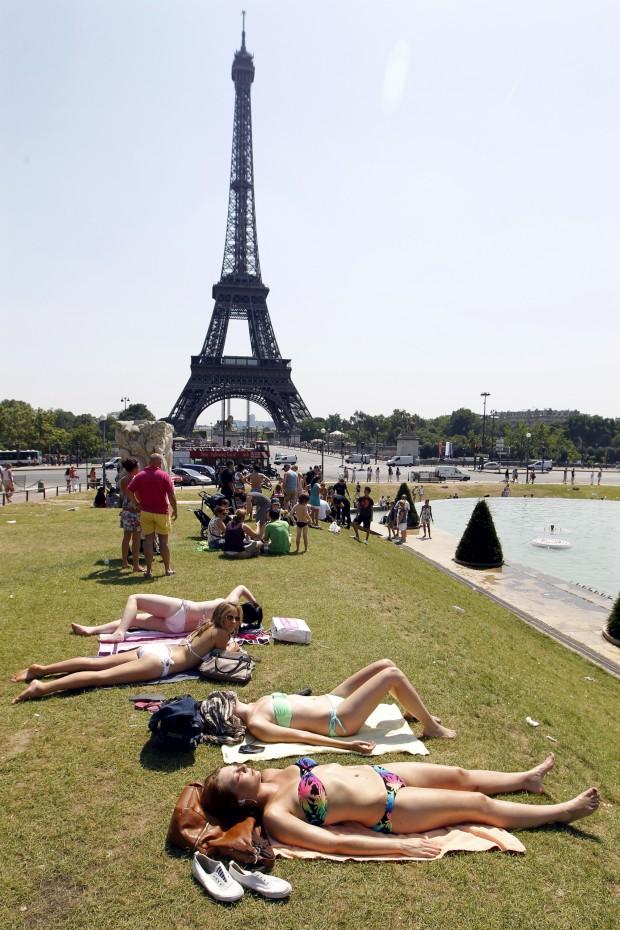 """FRANÇA, 26.07.2012. Uma """"praia"""" com vista para a Torre Eiffel"""