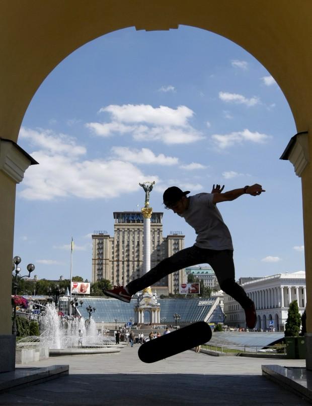 UCRÂNIA, 26.07.2012. Um skater na praça central de Kiev