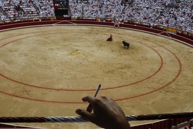 ESPANHA, 13.07.2012.Um espectador fuma um cigarro enquanto aguarda por uma tourada do festival de San Fermin, Pamplona