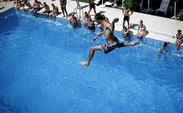 HUNGRIA, 15.07.2012. Salto para um piscina de Sofia durante uma onda de calor