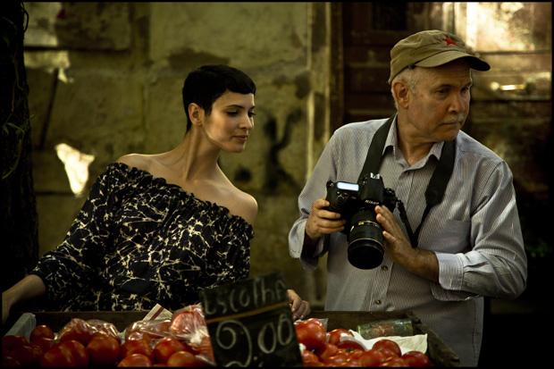 A modelo tunisina Hanaa Ben Abdesslem lança uma mirada curiosa à máquina do fotógrafo. Tal como ela, também nós ficamos à espera do produto final.