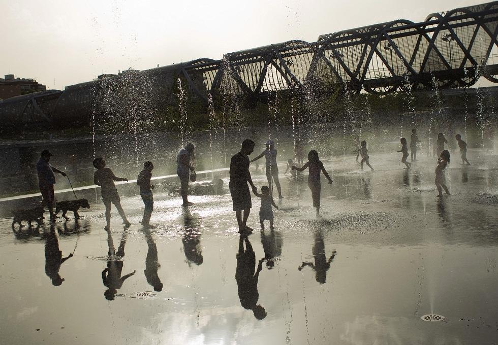 ESPANHA, 09.08.2012. Uma fonte pública madrilena ajuda a suportar os mais de 40º