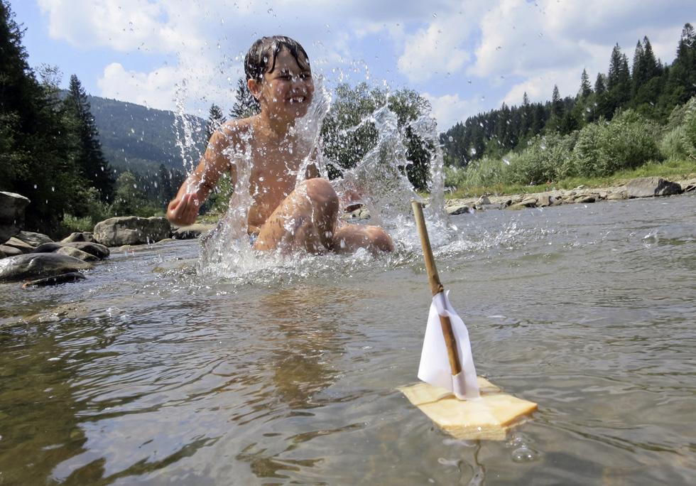 Ucrânia, Tatariv | 07.08.2012. 42ºC. Numa pequena vila ucraniana, a 700km de Kiev, um menino brinca no rio
