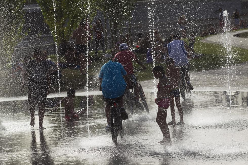 Espanha, Madrid | 09.08.2012. 40ºC. Várias pessoas aproveitam as fontes públicas para se refrescarem