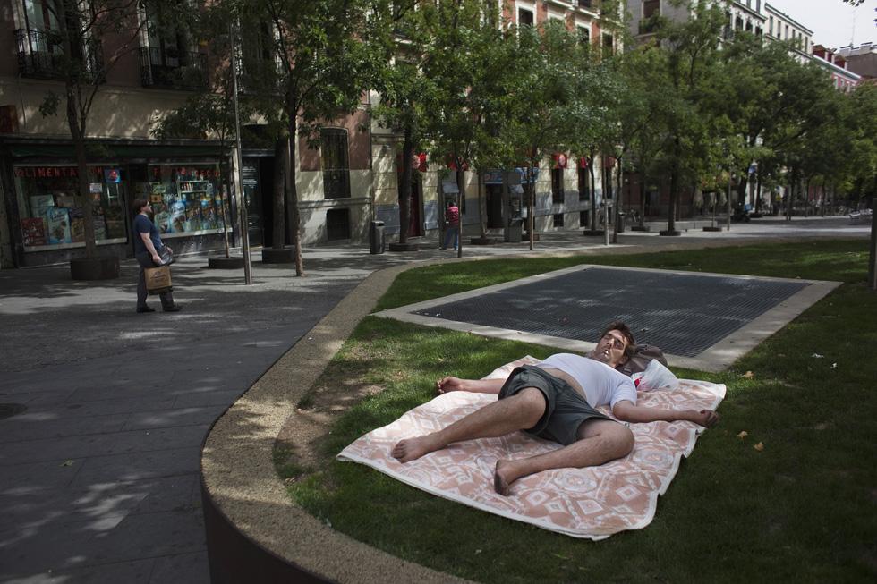 Espanha, Madrid | 10.08.2012. 40ºC. Um homem aproveita a sombra para uma sesta