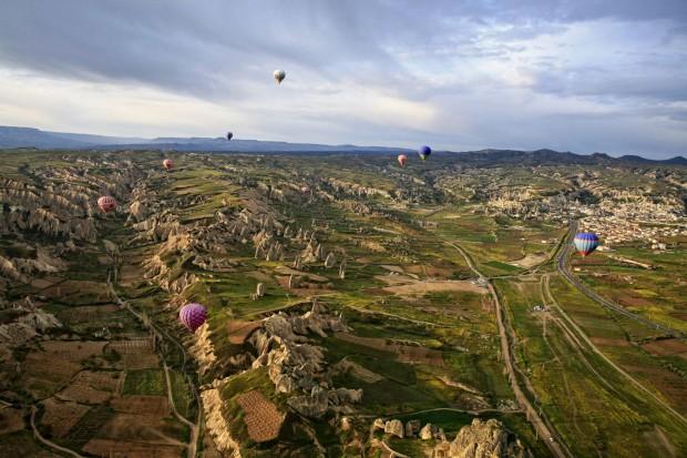 Amanhecer silencioso na Capadócia a partir de um balão de ar quente
