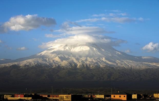 O bíblico e imponente monte Ararat visto a partir da velha cidade de Dogubayazit no Curdistão turco