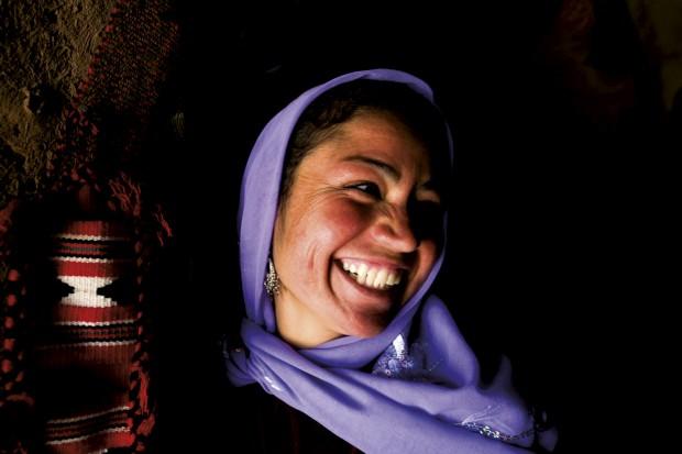 Uma habitante de Haran no Ccurdistão com o seu típico lenço violeta. É a cidade do profeta Abraão e são típicas as suas casas em adobe