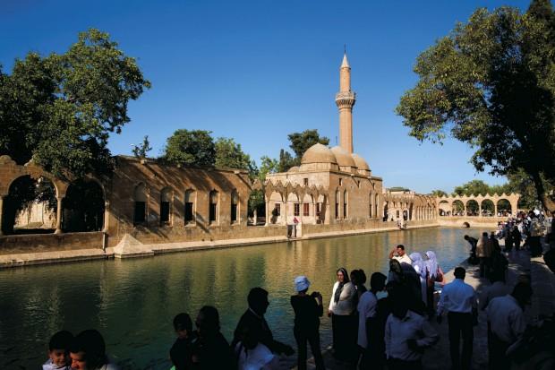 Sanliurfa no Curdistão, cidade conhecida pela caverna de Abraão e pela mesquita Mevlid Hali. Na imagem, o tanque dos peixes sagrados
