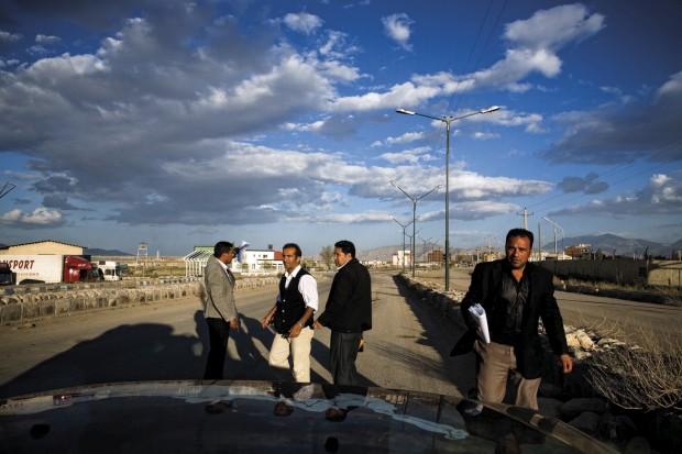 A equipa de quatro profissionais iranianos da burocracia contratados apenas para preencherem papéis e ajudarem na passagem da fronteira iraniana de Maku. Ao fim de 10 desesperantes horas a luz verde foi conseguida