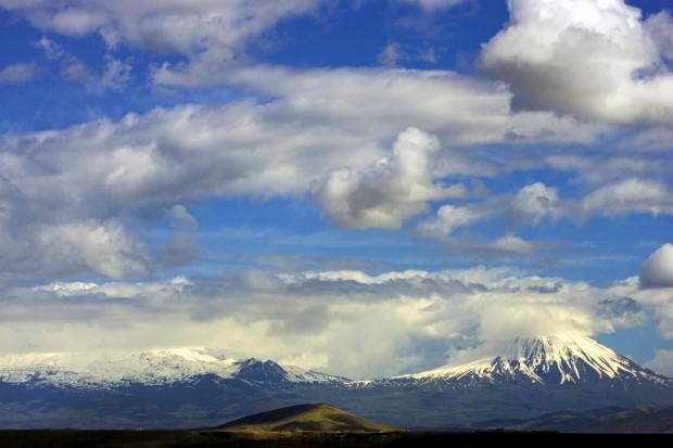 O monte Ararat desta vez visto a partir da cidade iraniana de Maku