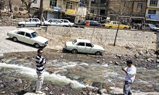 A vila de Kandovan, a 60 km de Tabriz, uma das grandes cidades iranianas. As primeiras ocupações destas casas escavadas em rocha vulcânica datam das invasões mongólicas. A água que corre das montanhas é também muito apreciada por ter fama de curar algumas doenças