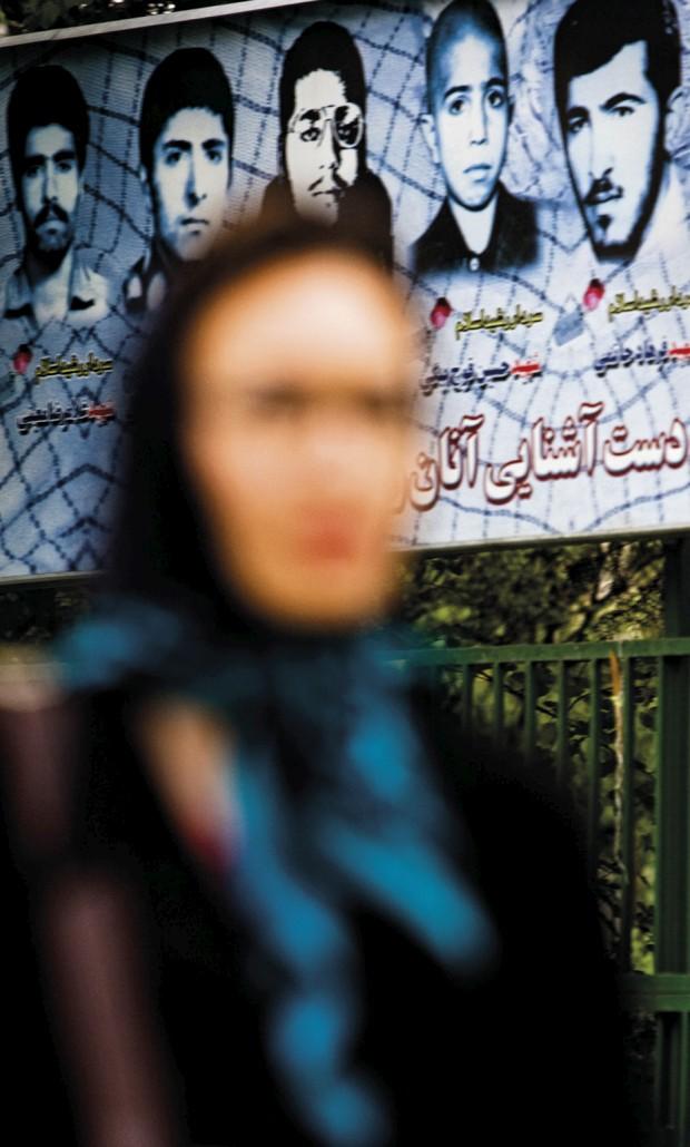 As surpreendentes jovens mulheres iranianas em contraponto com a constante presença nas paredes da cidade de posters de grandes dimensões com fotografias dos mártires da guerra Irão/Iraque .